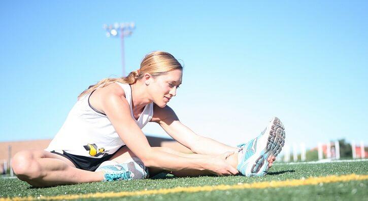 mujer runner estirando