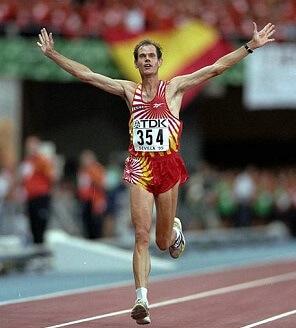 abel anton ganando el mundial de maratón en sevilla 1999