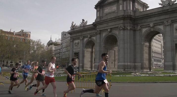 corredores en la Puerta de Alcalá - Maratón de Madrid