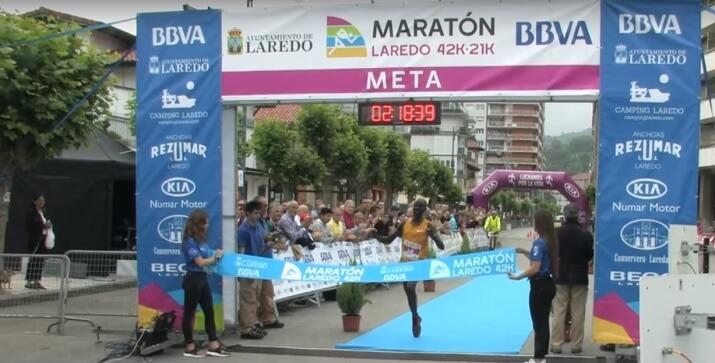 ganador de la maratón de laredo entrando en meta