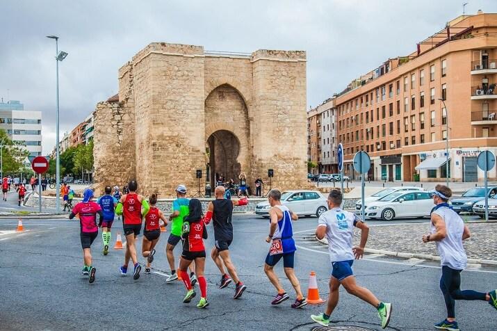 corredores en el maratón de castilla la mancha