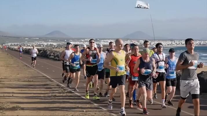 corredores en la maratón de Lanzarote