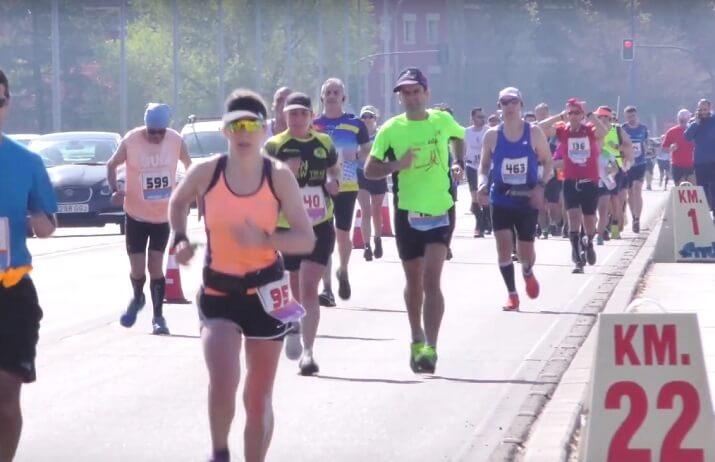 corredores en el maratón Ciudad de Badajoz