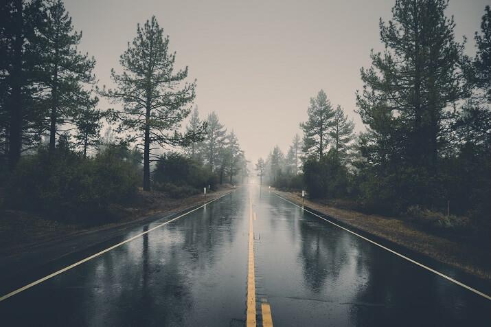 carretera mojada lluvia