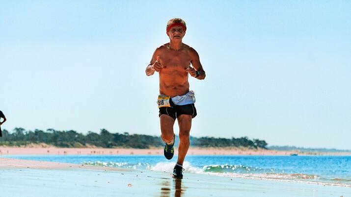 persona mayor corriendo